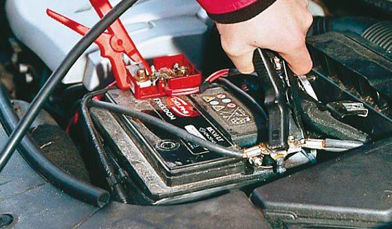 ¿Cómo dar batería a otro coche?
