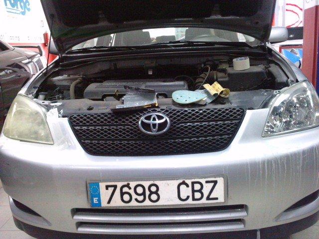 Diferencia entre faro deteriorado y faro renovado en un caso real de un Toyota Corolla.