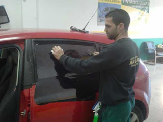 Técnico de Auto Cristal Ralarsa laminando un vehículo.