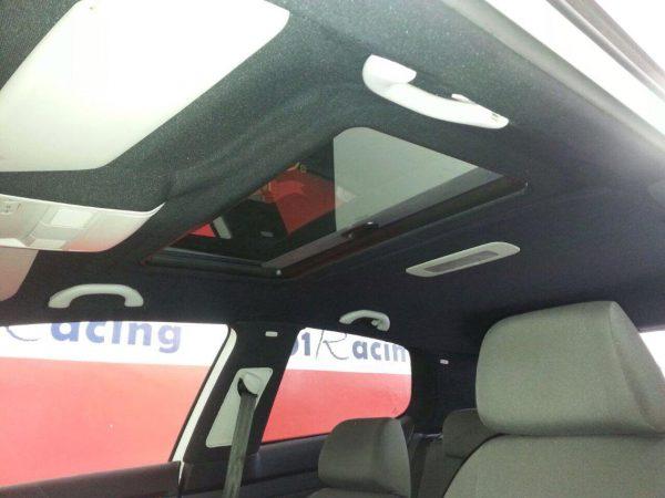 Muestra de tapizado de techo acabado con tela negra elegida por el cliente de un Volkswagen Golf V.