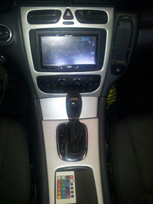Consola interior en vinilo aluminio cepillado 3M.