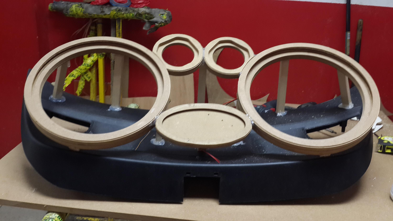 Estructura con los aros artesanales para los altavoces.