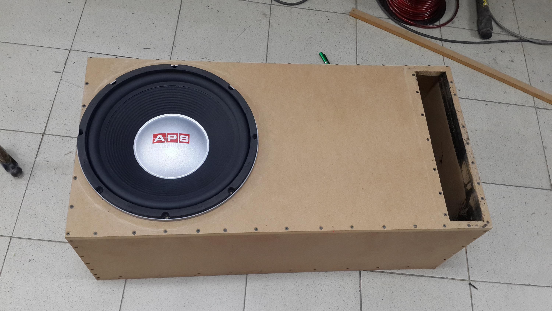 Fabricación del cajón a medida para el subwoofer con el cubicaje necesario.